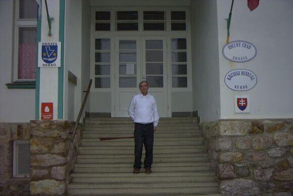A polgármester a Községháza bejáratánál
